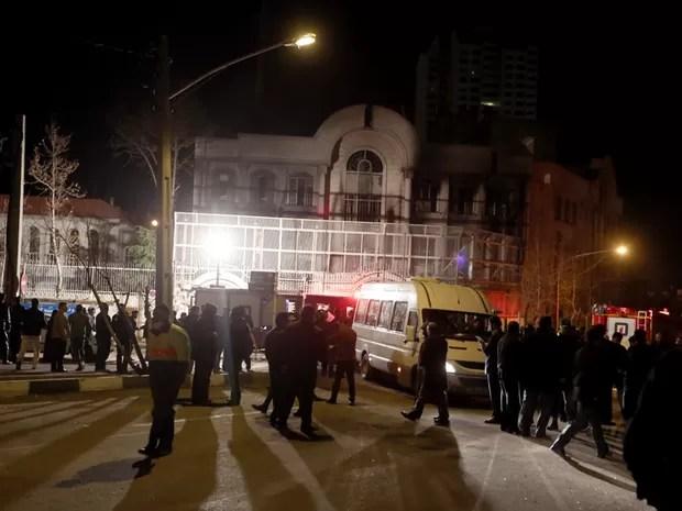 Manifestantes em frente à embaixada da Arábia Saudita em Teerã, no Irã,  (Foto: Atta Kenare / AFP )