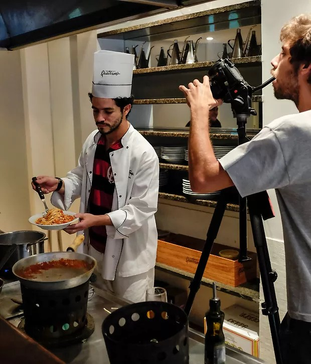 O ator preparou um espaguete ao sugo e falou de futebol com os amigos (Foto: Fred Chalub)