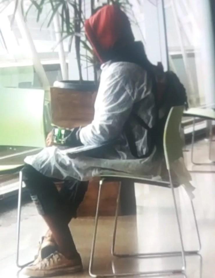 Homem com artefato suspeito no braço no Aeroporto Internacional de Brasília — Foto: Arquivo pessoal