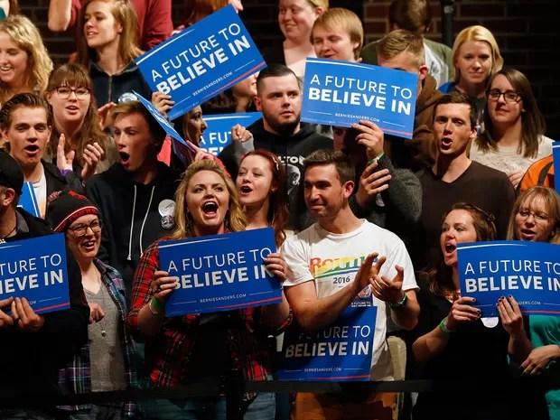 Eleitores de Bernie Sanders comemoram sua vitória nas primárias de Wisconsin durante seu discurso em Laramie, Wyoming, na noite de terça (5) (Foto: AP Photo/Brennan Linsley)