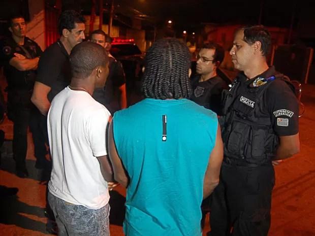 Polícia liberou irmãos sequestrados na madrugada desta terça (Foto: Edison Temoteo/Futura Press/Estadão Conteúdo)
