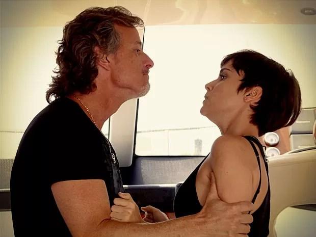 Nina saca a armação e Max não deixa barato (Foto: Avenida Brasil/TV Globo)