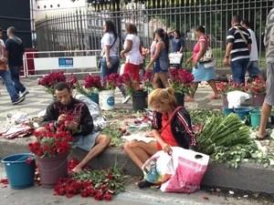 Vendedores de flores aproveitam o feriado para reforçar o orçamento. (Foto: Cristiane Cardoso / G1)