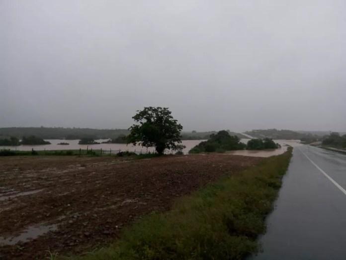 Prefeitura de Pedro Alexandre decreta situação de emergência e calamidade pública após barragem transbordar — Foto: Arquivo pessoal/Gino Giubbini