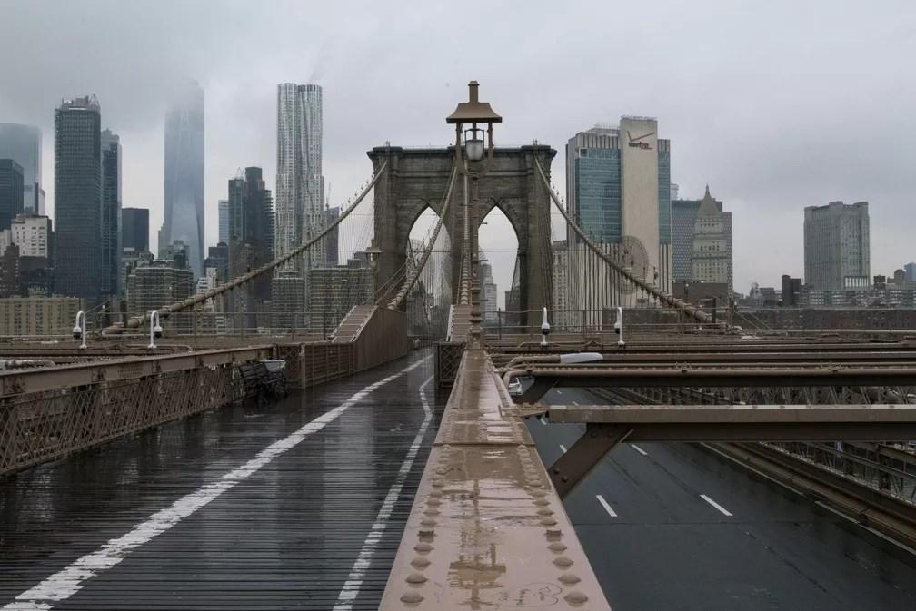 NOVA YORK - A ponte do Brooklyn, em Nova York, é vista completamente vazia devido à epidemia do novo coronavírus — Foto: Eduardo Munoz/Reuters