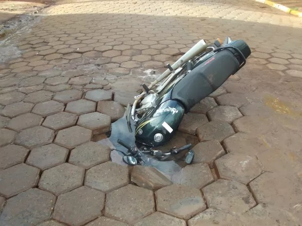"""Foto mostra motocicleta """"engolida"""" pela cratera, em Arandu (Foto: Andre Silva/ Portal Arandu)"""