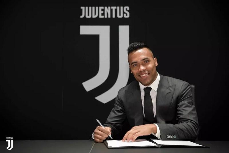 Alex Sandro renova contrato com a Juventus — Foto: Divulgação / Juventus