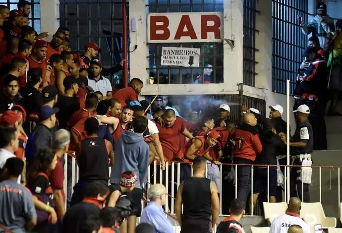 Flamengo x Vasco, basquete, Campeonato Carioca de Basquete, briga entre torcedores (Foto: André Durão)