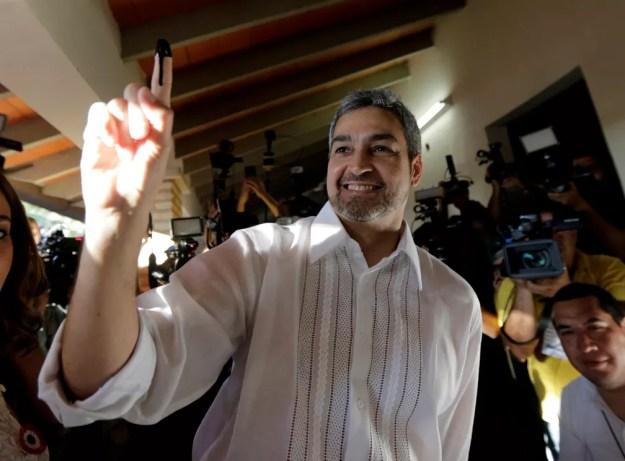 O conservador Mario Abdo Benítez acena após votar na eleição presidencial deste domingo (22) no Paraguai. (Foto: Reuters/Mario Valdez)