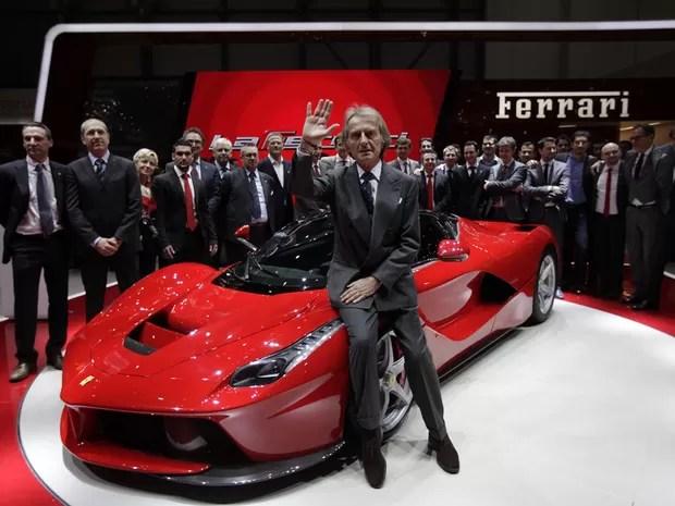 O CEO da Ferrari, Luca Cordero di Montezemolo, apresenta a híbrida LaFerrari (Foto: Denis Balibouse/Reuters)