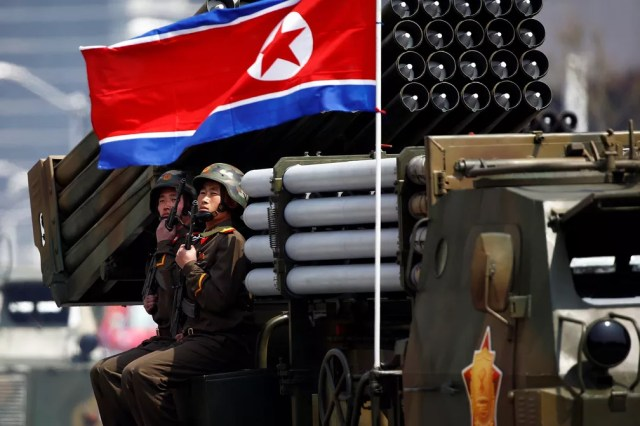 Soldados detêm armas sentados em um veículo carregando foguetes enquanto passam pelo estande com o líder norte-coreano Kim Jong Un durante desfile militar marcando o 105º aniversário de nascimento do pai fundador do país, Kim Il Sung (Foto: Reuters/Damir Sagolj)