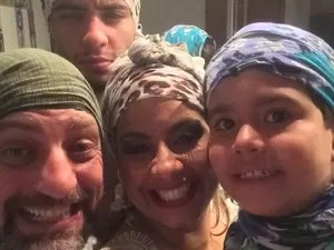 Internauta postou foto com homens da família de lenço (Foto: Reprodução/ Facebook)