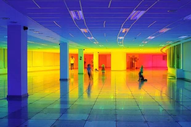 Artista inglesa cria instalação que reproduz as cores do arco-íris (Foto: Divulgação)