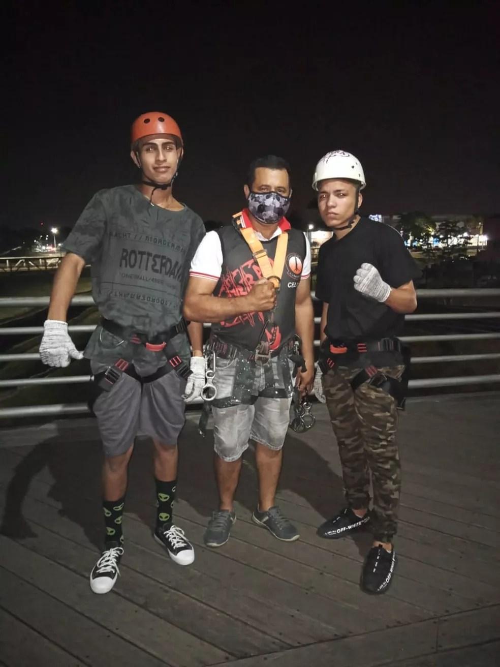 Luiz Teles e o irmão tiraram foto com o instrutor antes de salto na noite de domingo (6) — Foto: Arquivo pessoal