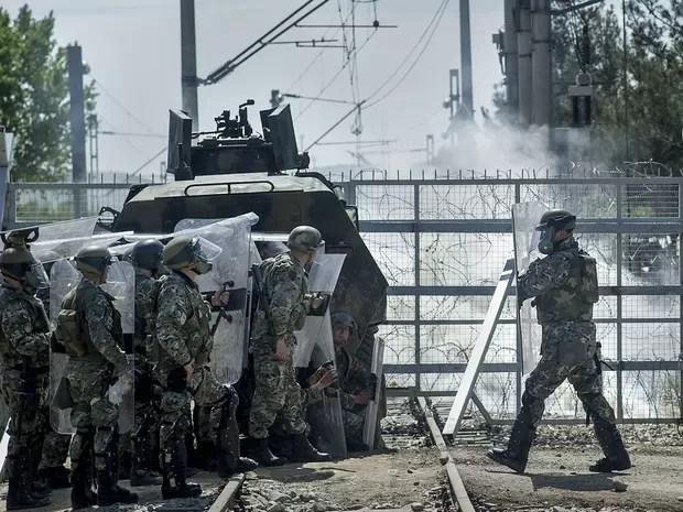 Policias da Macedônia durante ação na fronteira com a Grécia (Foto: Robert Atanasovski/AFP)