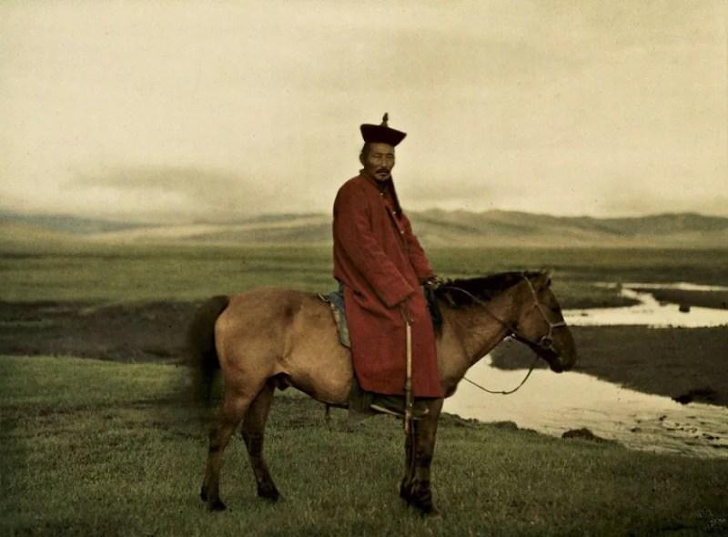 Sacerdote cavalga na Mongólia. Foto de 1913 (FOTO: REPRODUÇÃO)