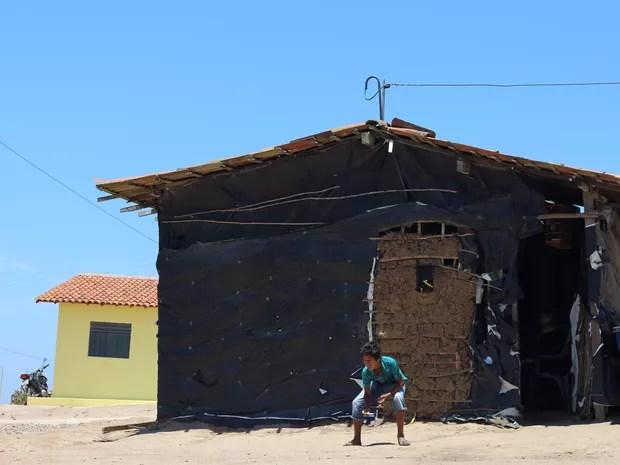 Algumas casas na comunidade Tabacaria são feitas de taipa (barro e madeira) e outras de alvenaria (Foto: Marcio Chagas/G1)