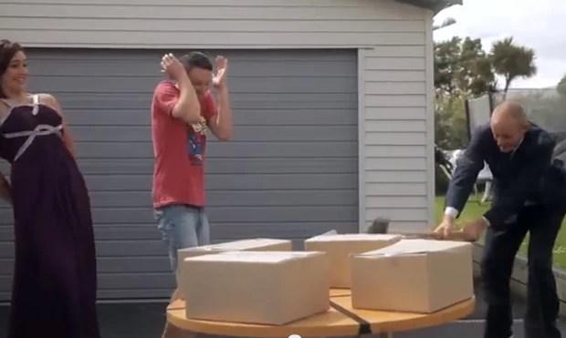 Jono (à dir) viu a brincadeira se virar contra ele ao quebrar o próprio notebook (Foto: Reprodução/YouTube/Jono and Ben at Ten)