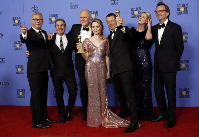 Equipe de 'The crown' recebe o Globo de Ouro de melhor série de drama; Claire Foy foi eleita a melhor atriz (Foto: Mario Anzuoni/Reuters)