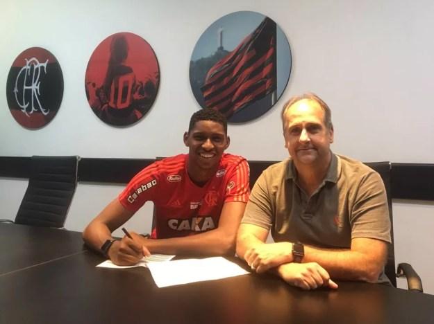 Hugo Souza renova contrato com o Flamengo ao lado de Carlos Noval — Foto: Divulgação/Flamengo