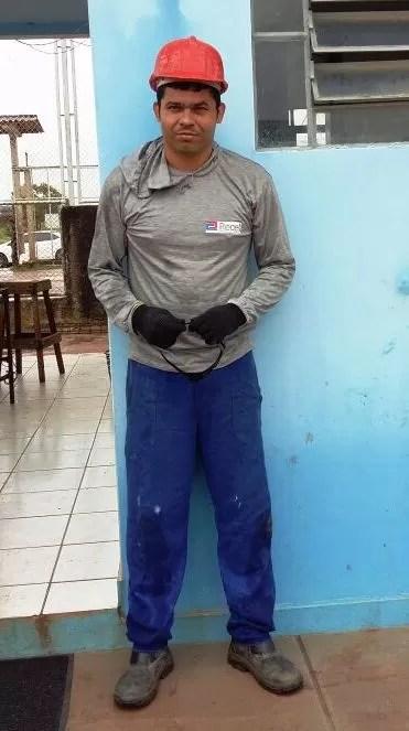 Preso usava farda padrão de empresa quando foi reconhecido (Foto: Divulgação/ Polícia)
