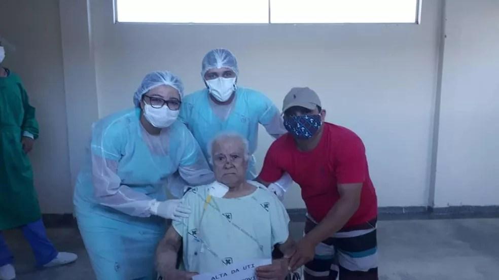 Equipes de saúde celebraram saída da UTI de idoso de 100 anos — Foto: Cedida