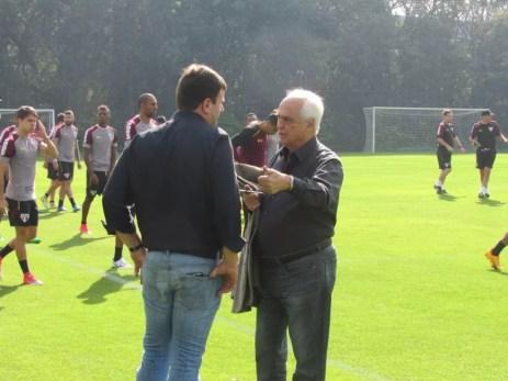 Leco esteve com o diretor de futebol Pinotti no treino desta sexta-feira, no CT da Barra Funda (Foto: Marcelo Prado)