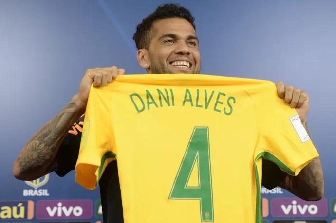 Daniel Alves posa com camisa 4 que usará contra a Argentina (Foto: Pedro Martins / MoWA Press)