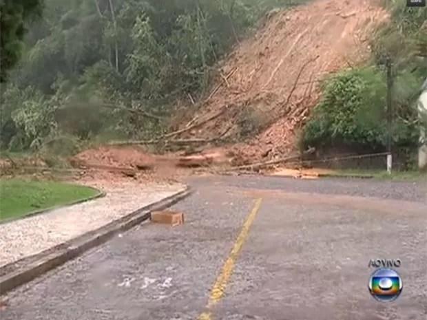 Chuva causa estragos na rua do Hotel Quitandinha (Foto: Reprodução / TV Globo)