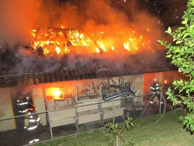 Fogo atingiu a biblioteca e duas salas de aula (Foto: Divulgação / Visão Notícias)