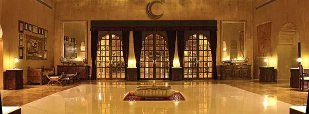 Parte interna do resort e spa inspirada nas edificações da aristocracia árabe
