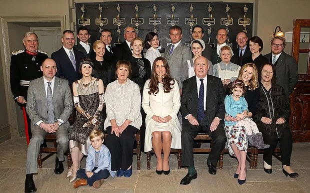 Kate Middleton ao visitar o set de Downtown Abbey (Foto: Divulgação)