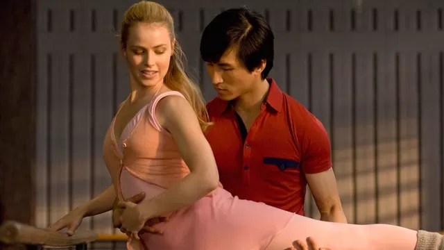 China, durante a revolução cultural implementada por Mao Tsé Tung. Aos 11 anos, Lin Cunxin foi escolhido para deixar sua família de camponeses e estudar balé em Pequim. Em 1979, durante uma visita ao Texas, nos Estados Unidos, ele se apaixona por uma mulher local. Dois anos depois, ele se torna o principal dançarino do Houston Ballet e também o principal artista do Australian Ballet.