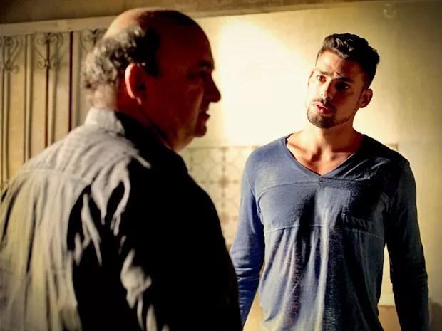 Jorginho encontra um dos sequestradores e tenta arrancar a verdade (Foto: Avenida Brasil/TV Globo)