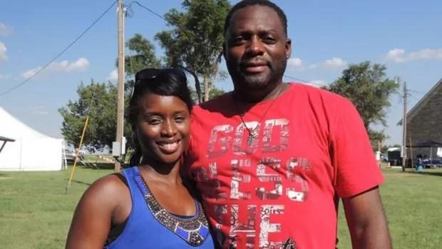 Nicole e Lewis Anderson contaram à BBC como foram discriminados enquanto procuravam imóvel para comprar (Foto: BBC)