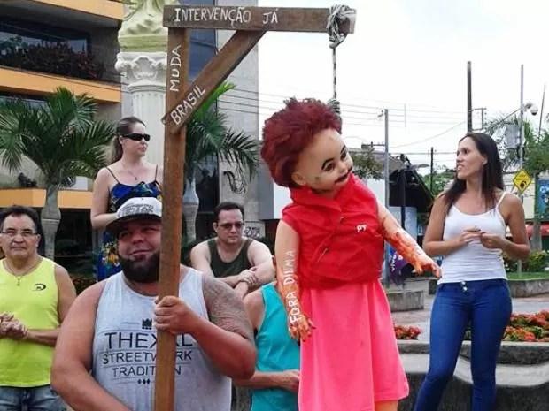 Manifestante mandou boneco da presidente para forca (Foto: Jairo Costa / Arquivo pessoal)