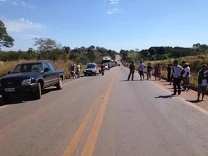 Protesto de prefeitos não agrada motoristas que trafegam pela BR-153 (Foto: Rachel Lemos/TV Anhanguera TO)
