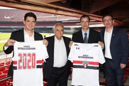 Marcio Aith (último da direita) com o presidente Leco (segundo da esq para direita) (Foto: Igor Amorim / saopaulofc.net)