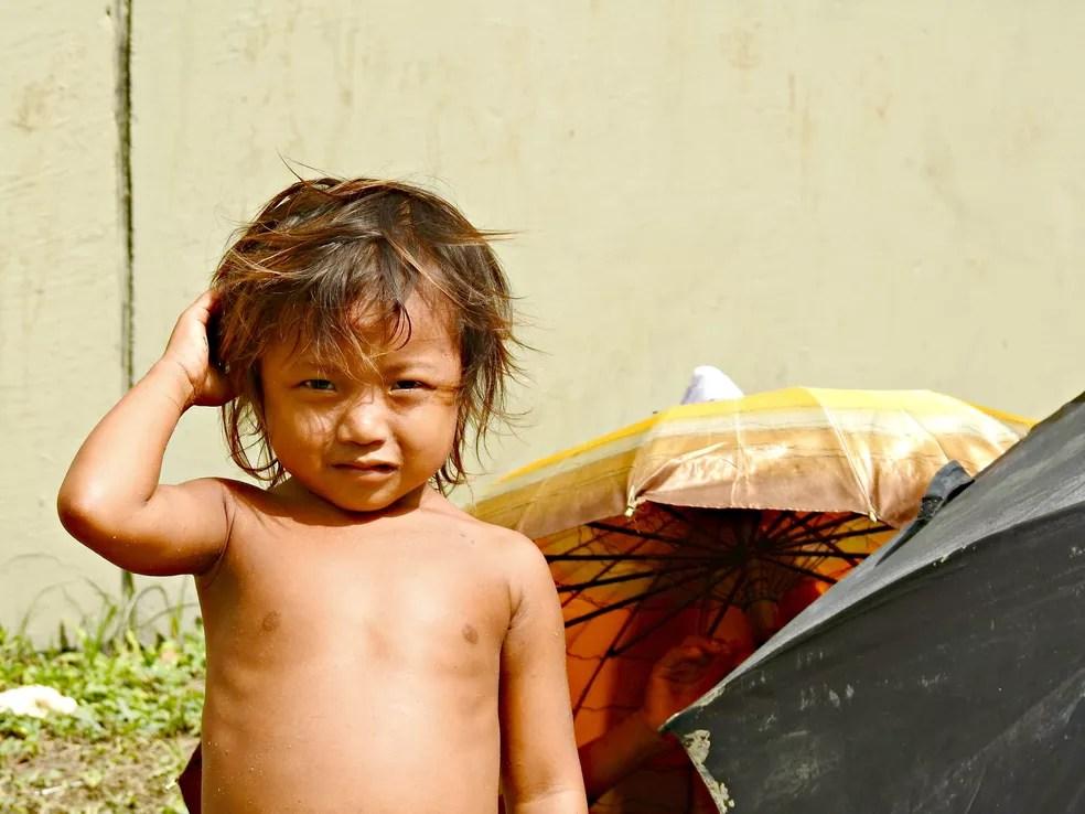 Crianças também estão entre indígenas venezuelanos que moram na rua (Foto: Adneison Severiano/G1 AM)