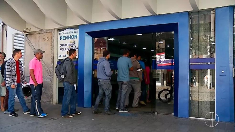 Fila para retirada do FGTS neste sábado (13) em Nova Friburgo  (Foto: Reprodução/Inter TV)