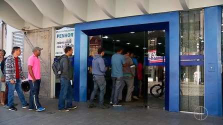 Trabalhadores nascidos entre setembro e novembro poderão sacar FGTS nesta etapa (Foto: Reprodução/Inter TV)