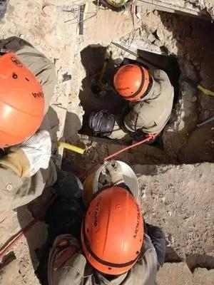 Bombeiros realizam trabalho minucioso (Foto: Felipe de Pádua / TV Sergipe)