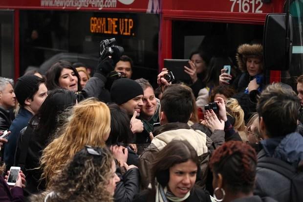Luciano Huck é cercado por fãs em Nova York e atende a todos os pedidos de fotos. Foto: SplashNews