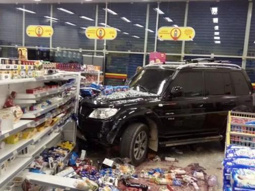 Carro invade farmácia na Zona Sul do Recife; não houve feridos (Foto: Reprodução/Whatsapp)
