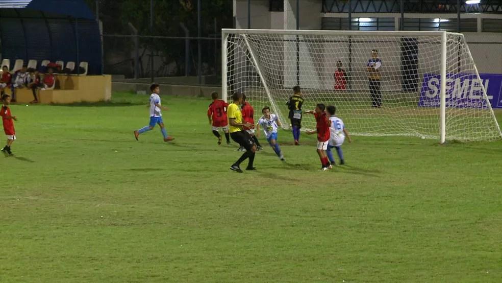 Rian marcou dois gols na vitória da Escolinha R9 — Foto: Reprodução/TV Clube