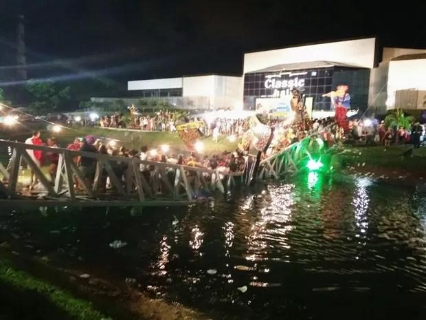 Ponte que dá acesso ao Classic Hall cedeu, deixando dezenas de feridos no Baile Municipal do Recife (Foto: Júnior Bezerra / Reprodução WhatsApp)
