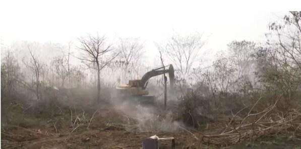 Maquinário coberto por fumaça durante incêndio em lixão de Ariquemes, RO — Foto: Reprodução/Rede Amazônica
