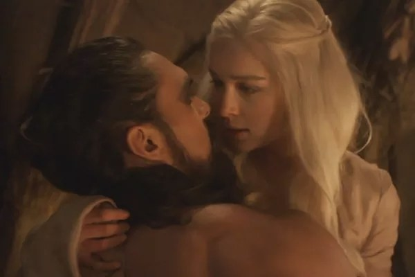 Emilia Clarke and Jason Momoa in Game of Thrones (Photo: Reproduction)