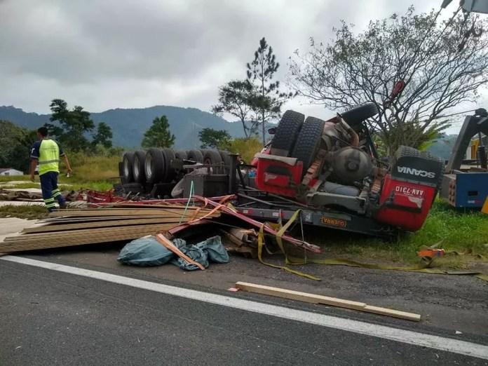 Carreta capotou na rodovia Régis Bittencourt, em Cajati (Foto: Divulgação/Arteris)