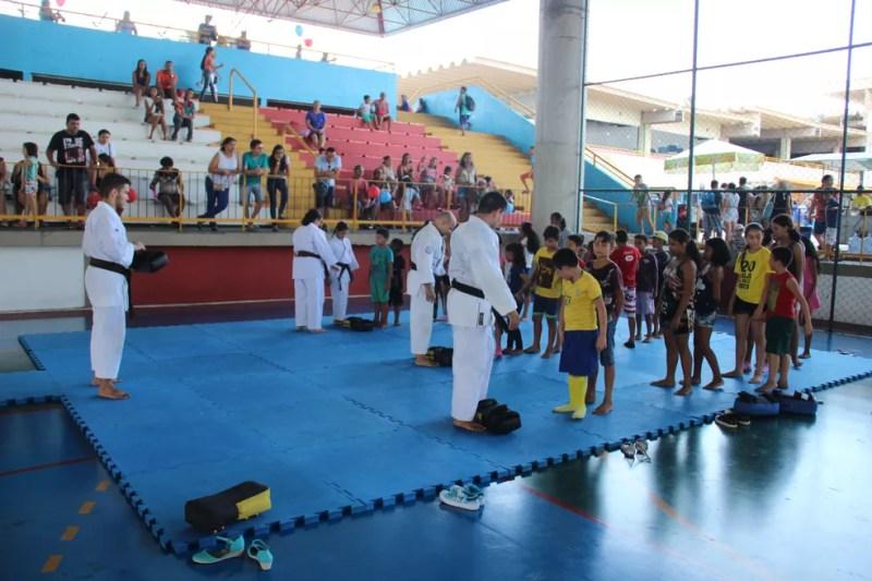 Professores deram aula de karatê (Foto: Matheus Castro/Rede Amazônica)